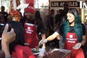 Repartieron comida a las personas sin hogar Foto:TMZ