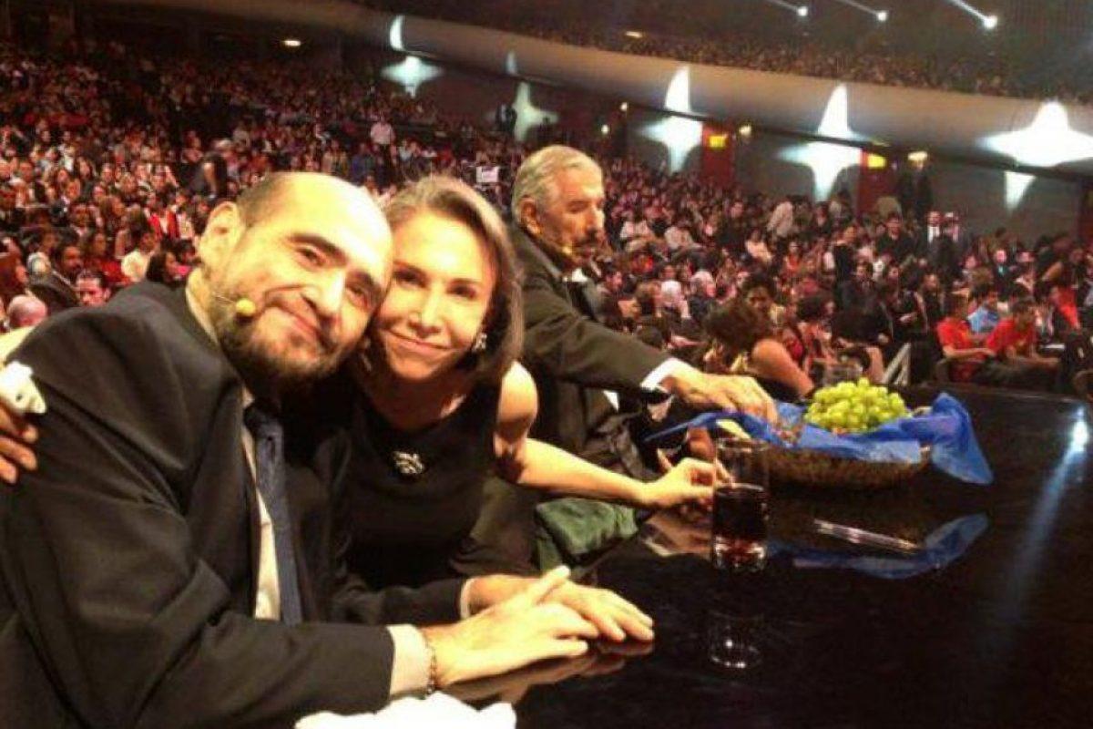 """""""Mientras Rubén escogía una uva, Florinda y yo ,nos tomamos la foto del recuerdo durante un descanso de ACCh"""" Foto:facebook.com/edgarvivaroficial"""