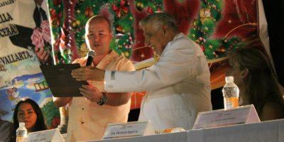 Con el Licenciado Carlos Gerard Guzmàn Secretario de turismo Municipal. Foto:facebook.com/pages/El-profesor-Jirafales/530057867102235