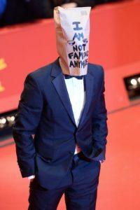 """En la premier del filme """"Nynphomaniac"""" en Berlin, el actor lució una bolsa en la cabeza con la frase """"Ya no soy famoso"""". Foto:Getty Images"""