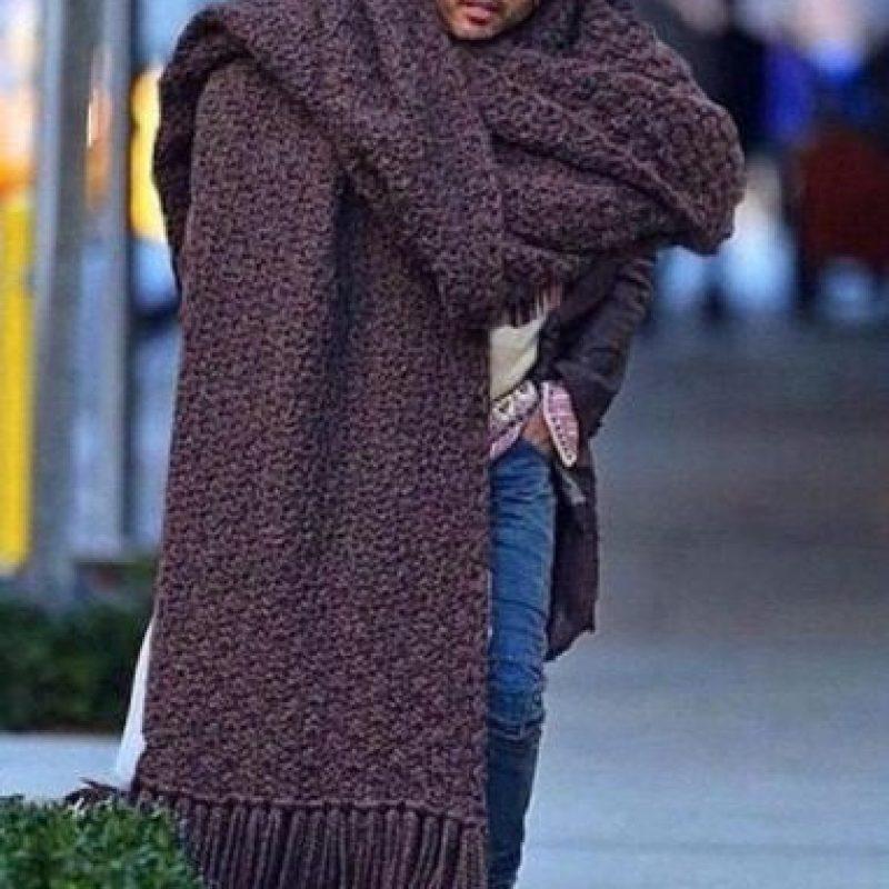 La enorme bufanda de Lenny Kravitz ha generado tendencia en redes. Y también todo tipo de burlas. Foto:Twitter