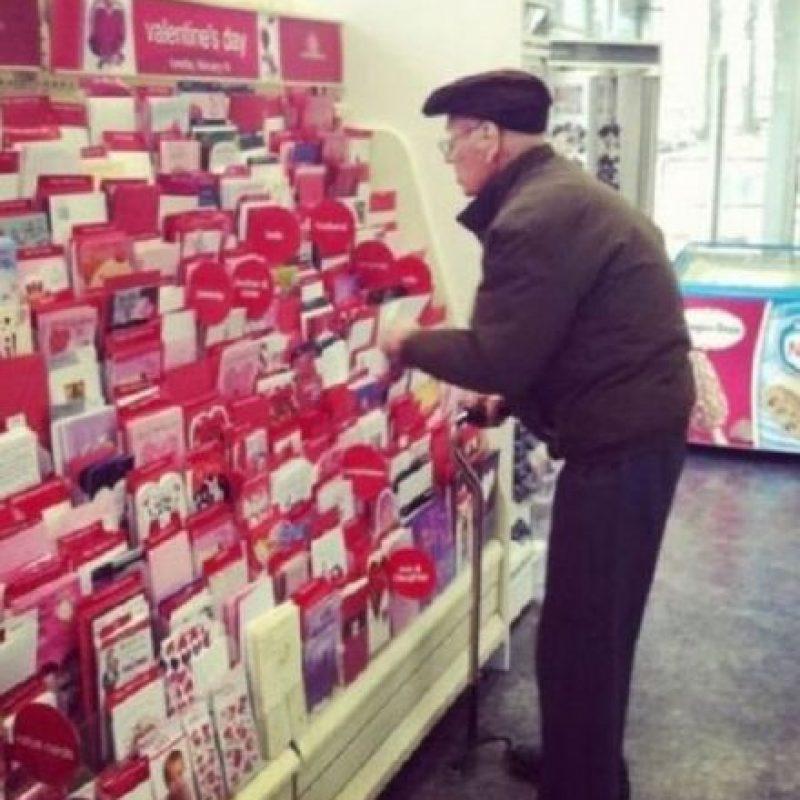 Sigue yendo a comprar las medias de su esposa… ¿Por qué no? Foto:Tumblr.com/Tagged/amor-abuelos