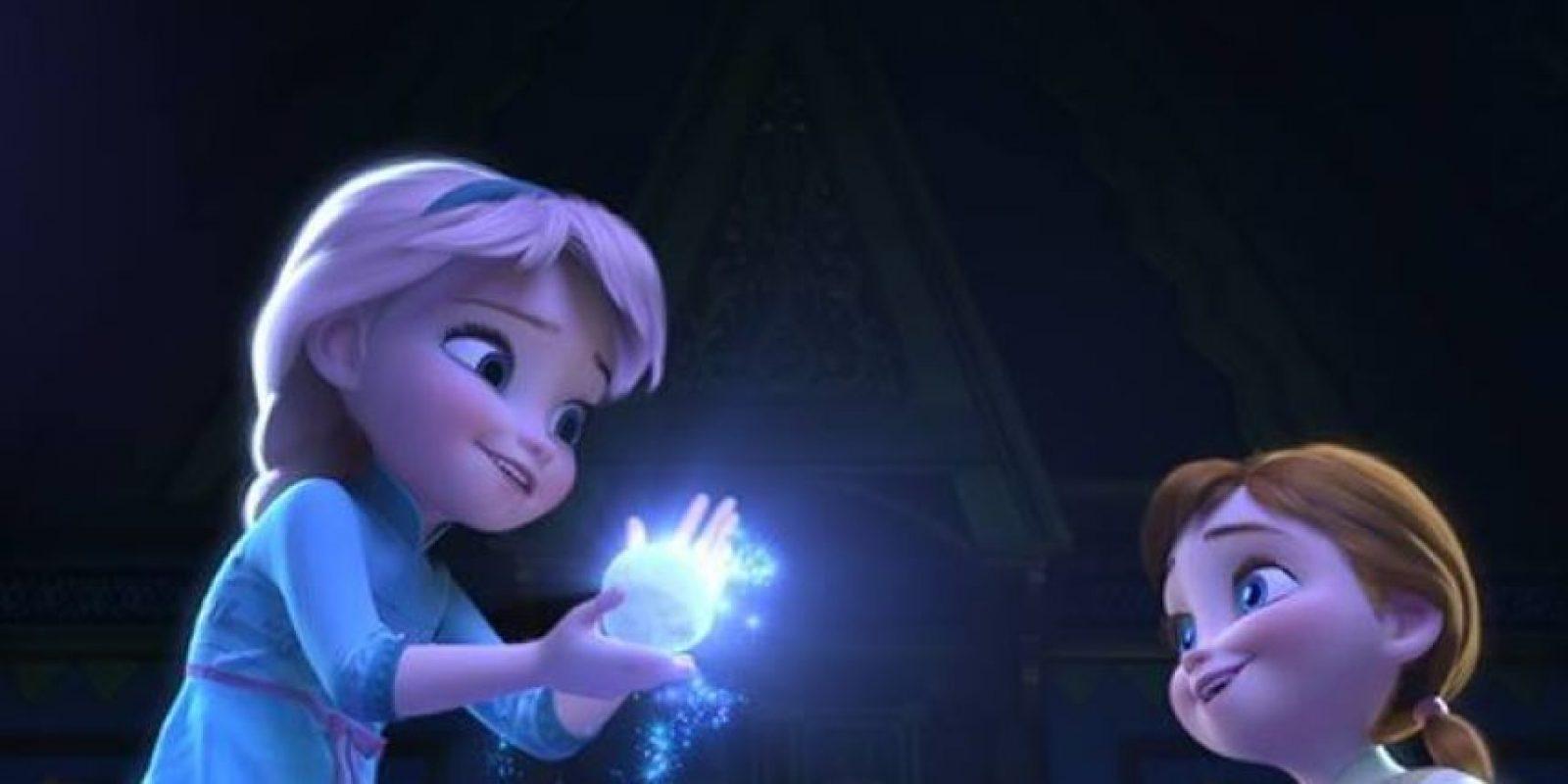 Como Elsa es la mayor usa una trenza, mientras que Anna lleva dos por ser la menor Foto:Facebook/Frozen