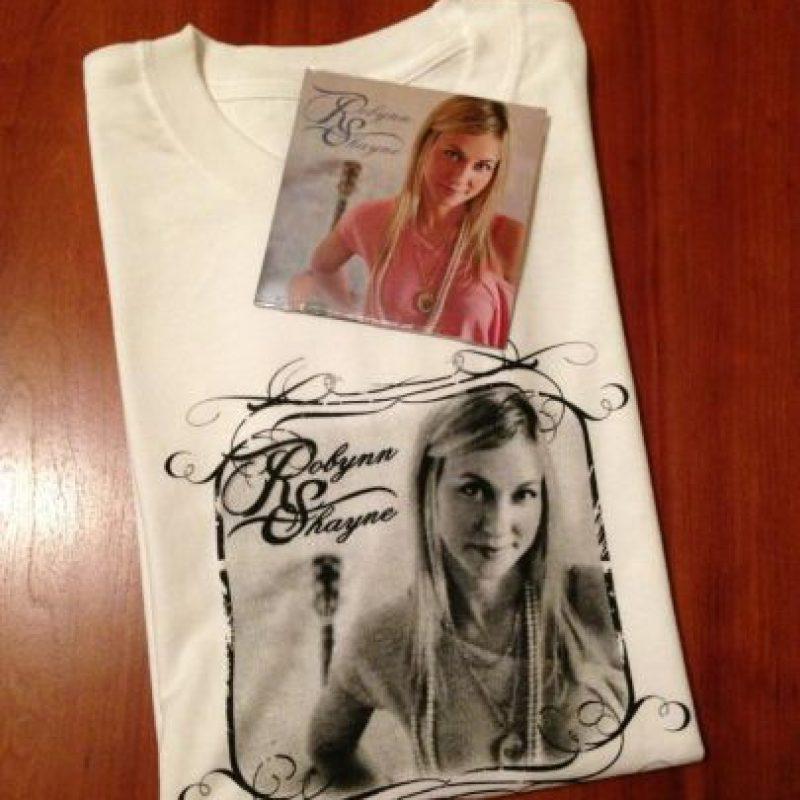 Y mercancia que vende en sus presentaciones Foto:Facebook/Robynn Shayne