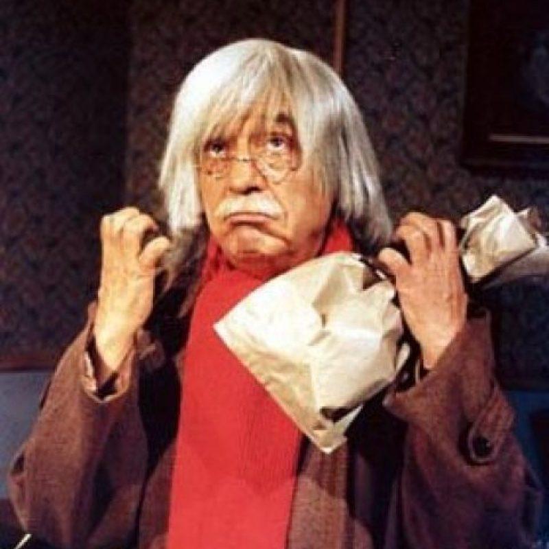 Un anciano que carga con una bolsa de papel donde guarda sus recores, envidias y defectos para que no se le escapen nunca. Foto:Facebook/Roberto Gómez Bolaños