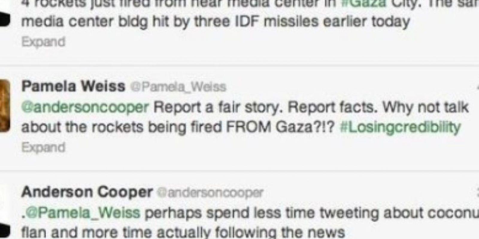 """Anderson Cooper reporta lo que pasa en Gaza. Alguien le dice: """"Reporta con datos, hechos."""" Este repsonde: """"Quizás deberías tuitear menos sobre pasteles y seguir las noticias"""" Foto:Twitter"""
