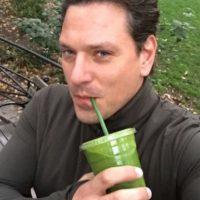 """Posar tomando un """"sano"""" jugo de desintoxicación Foto:Instagram"""