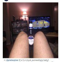 Las delgadas piernas con una bebida y una escena feliz. Foto:Instagram