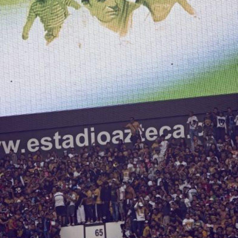 En el partido América contra Pumas se homenajeó al comediante. Foto:AFP