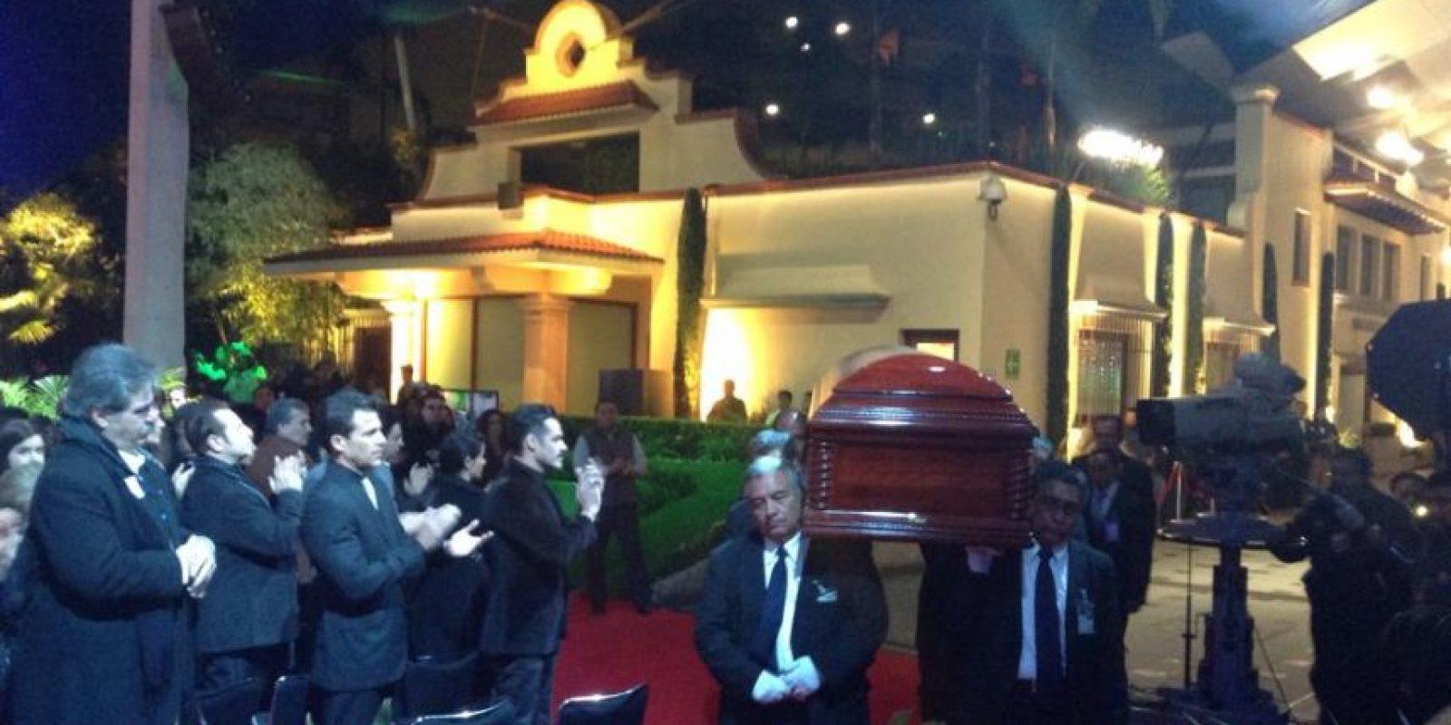 Asistentes aplauden ante el cuerpo de Bolaños. Foto:Facebook/Televisatelevisionmx