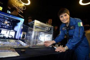 Samantha Cristoforetti será la primera astronauta en probar una taza de café espresso italiano en el espacio. Foto:Lavazza USA