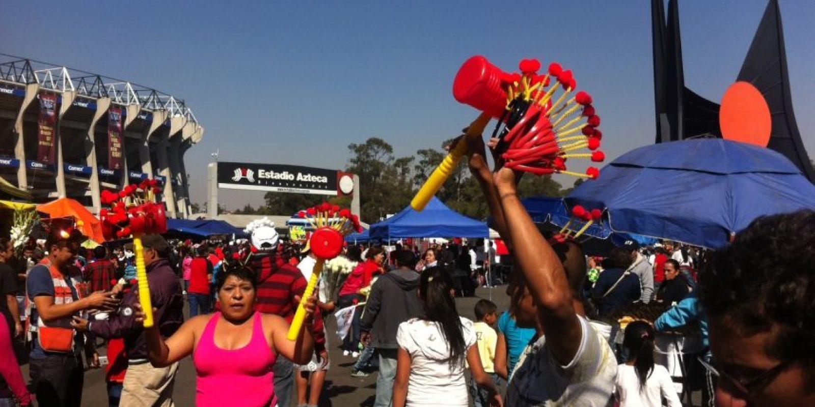 La gente se reunió desde temprano en la entrada del Azteca Foto:Nicolás Corte