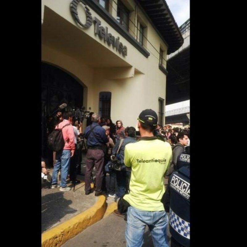 Medios de todo el mundo y seguidores del comediante esperaban en las afueras de las instalaciones del canal de TV. Foto:Twitter/Teleantioquia