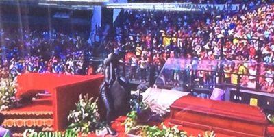 Chespirito tuvo un homenaje privado en Televisa y luego su cuerpo fue trasladado al estadio Azteca, donde se le homenajeó con una ceremonia religiosa y mariachis Foto:Televisa