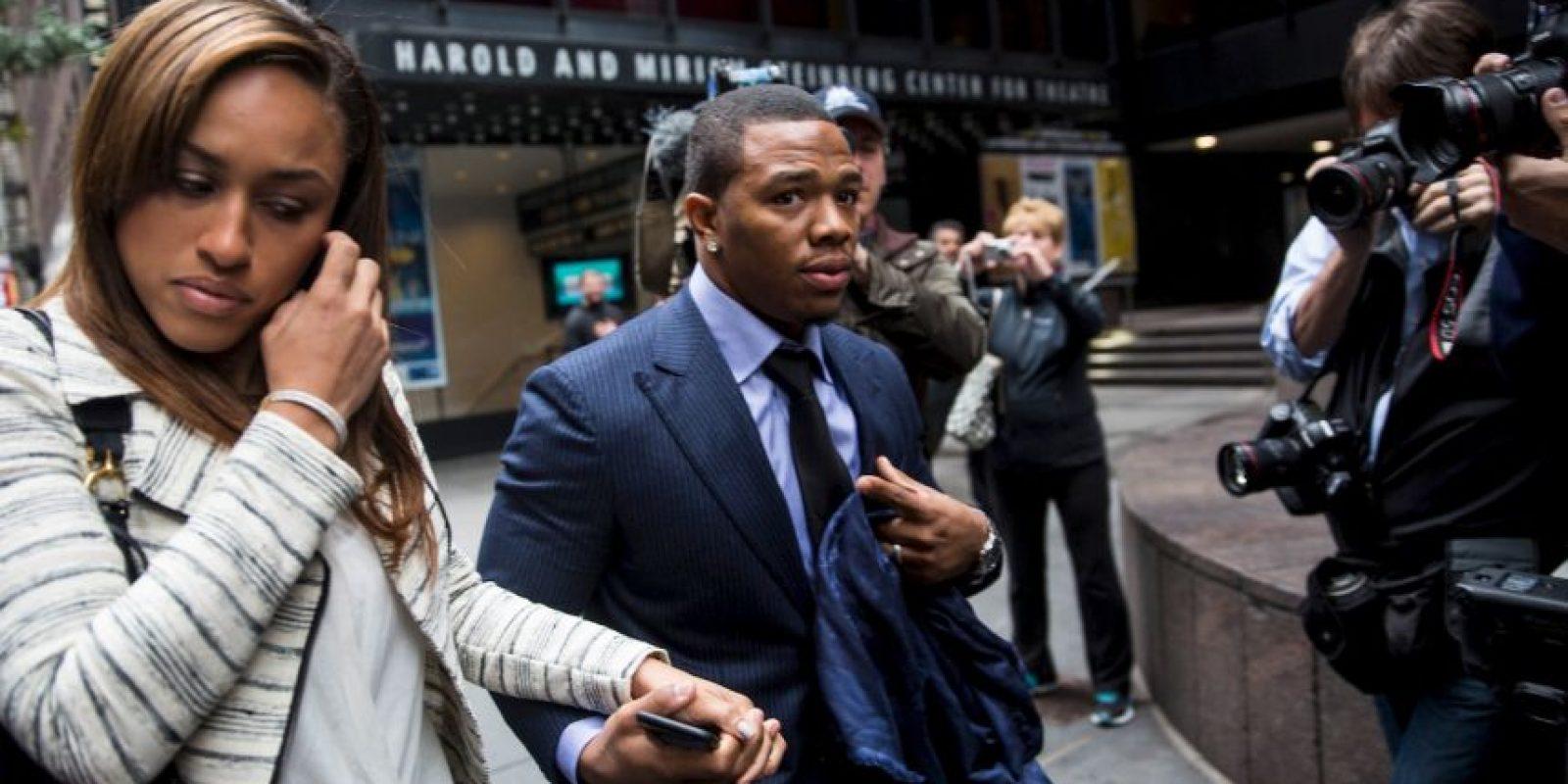 El exjugador de los Cuervos de Baltimore fue captado mientras agredía en un elevador a su ahora esposa, Janay Foto:Getty