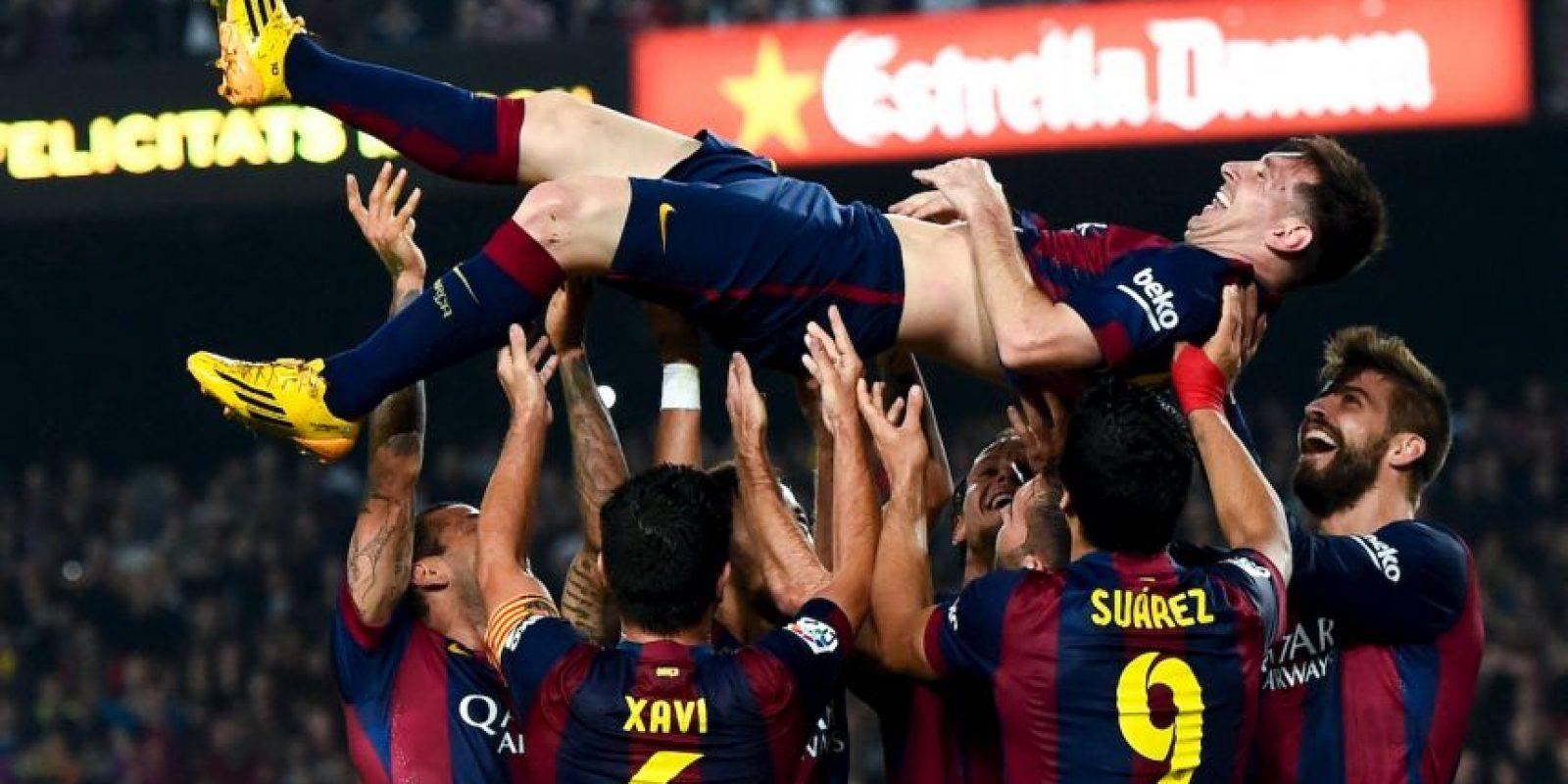 Luego de que España ganara el Mundial de Sudáfrica 2010, sorprendentemente el argentino se impuso a Andrés Iniesta y Xavi Hernández Foto:Getty