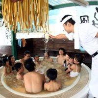 El resort también cuenta con otras tinas temáticas: té verde, vino y sake. Foto:Getty Images