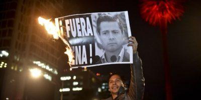 """Al grito de """"Fuera Peña"""" manifiestan padres de desaparecidos en México"""