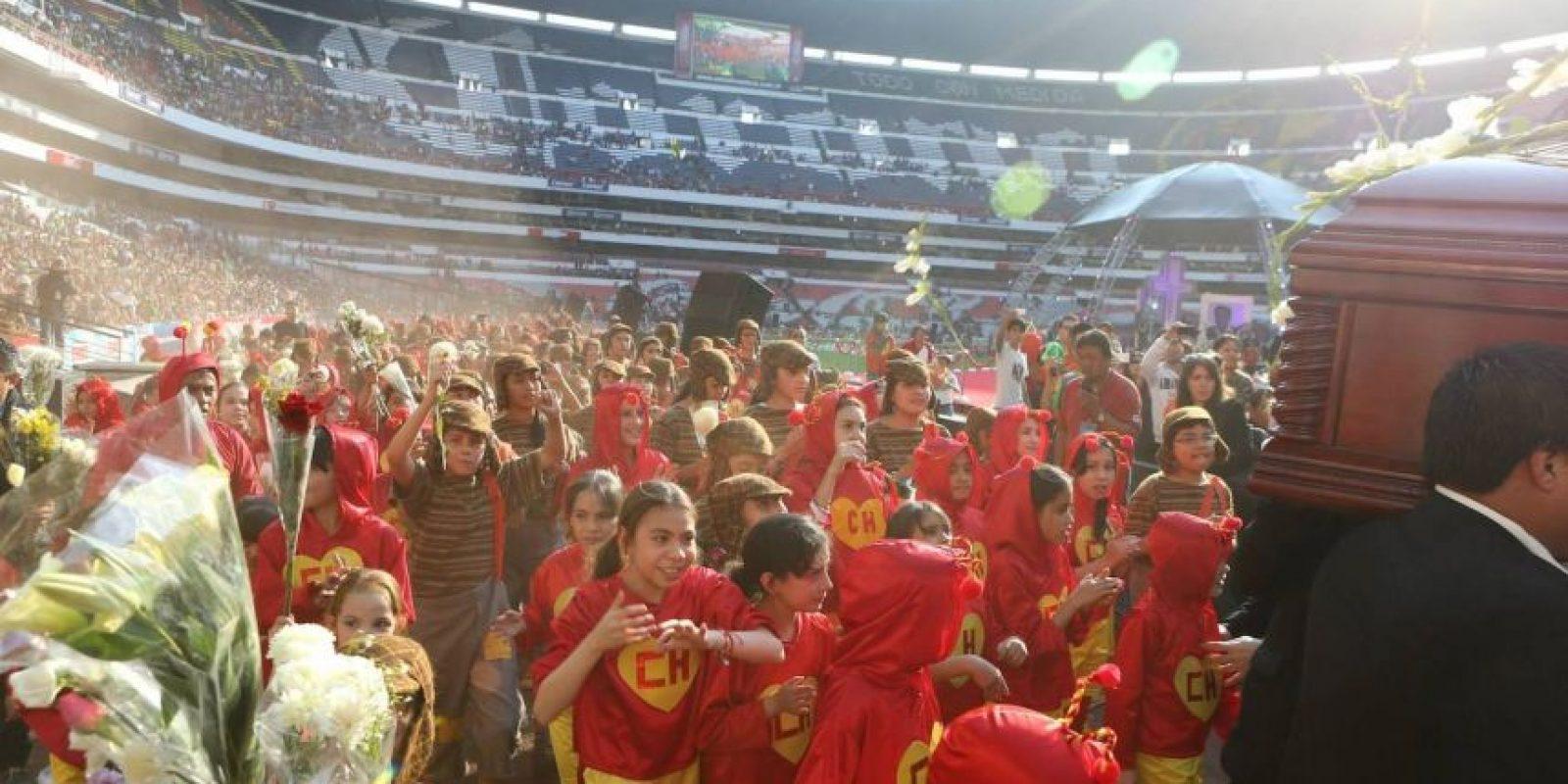"""Decenas de niños disfrazados acompañaron el féretro de """"Chespirito"""" Foto:Pedro Álvarez – Facebook.com/EstadioAztecaOficial"""
