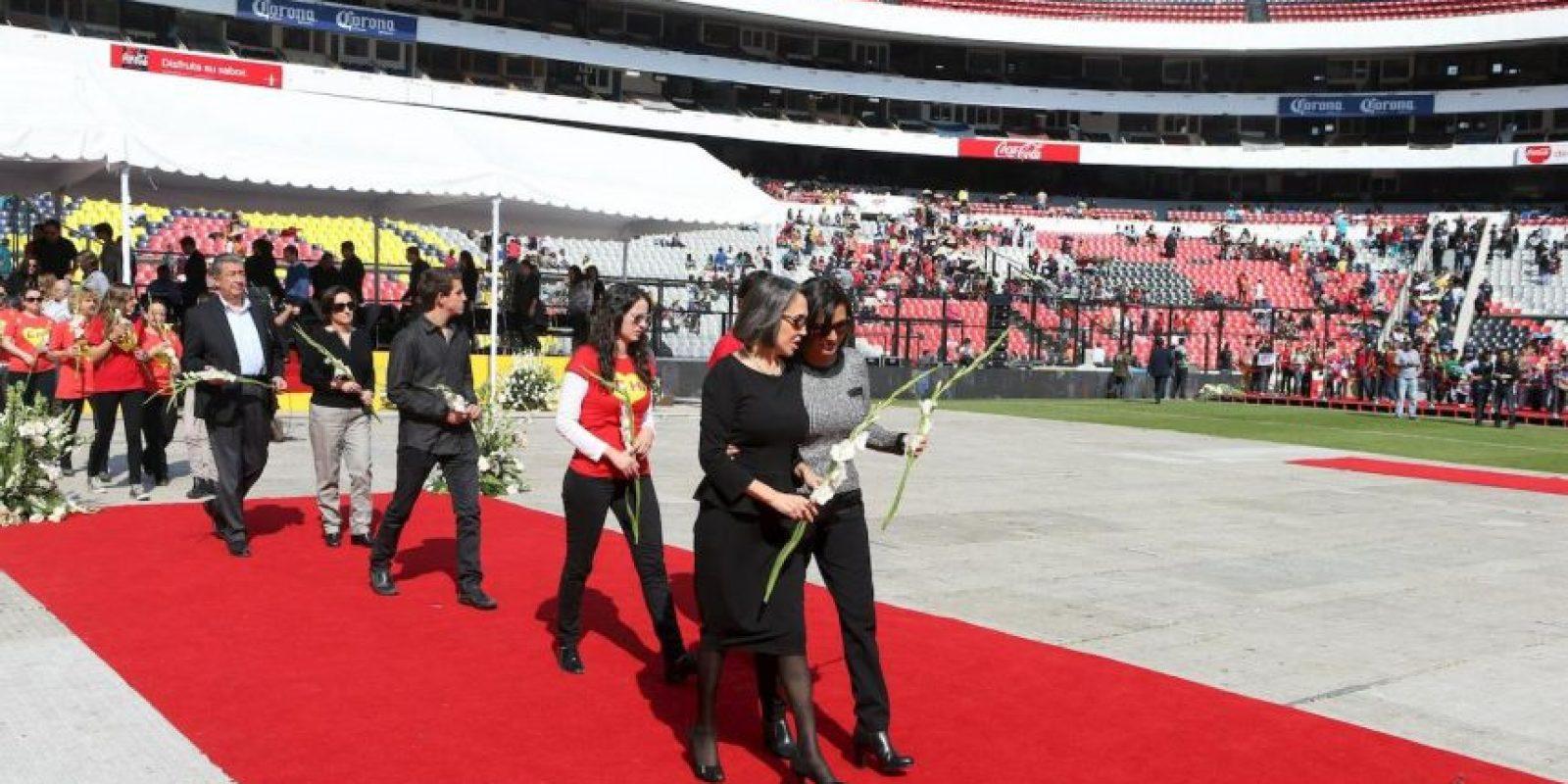 Florinda Meza y su familia entregan flores sobre el ataúd de Bolaños Foto:Pedro Álvarez – Facebook.com/EstadioAztecaOficial