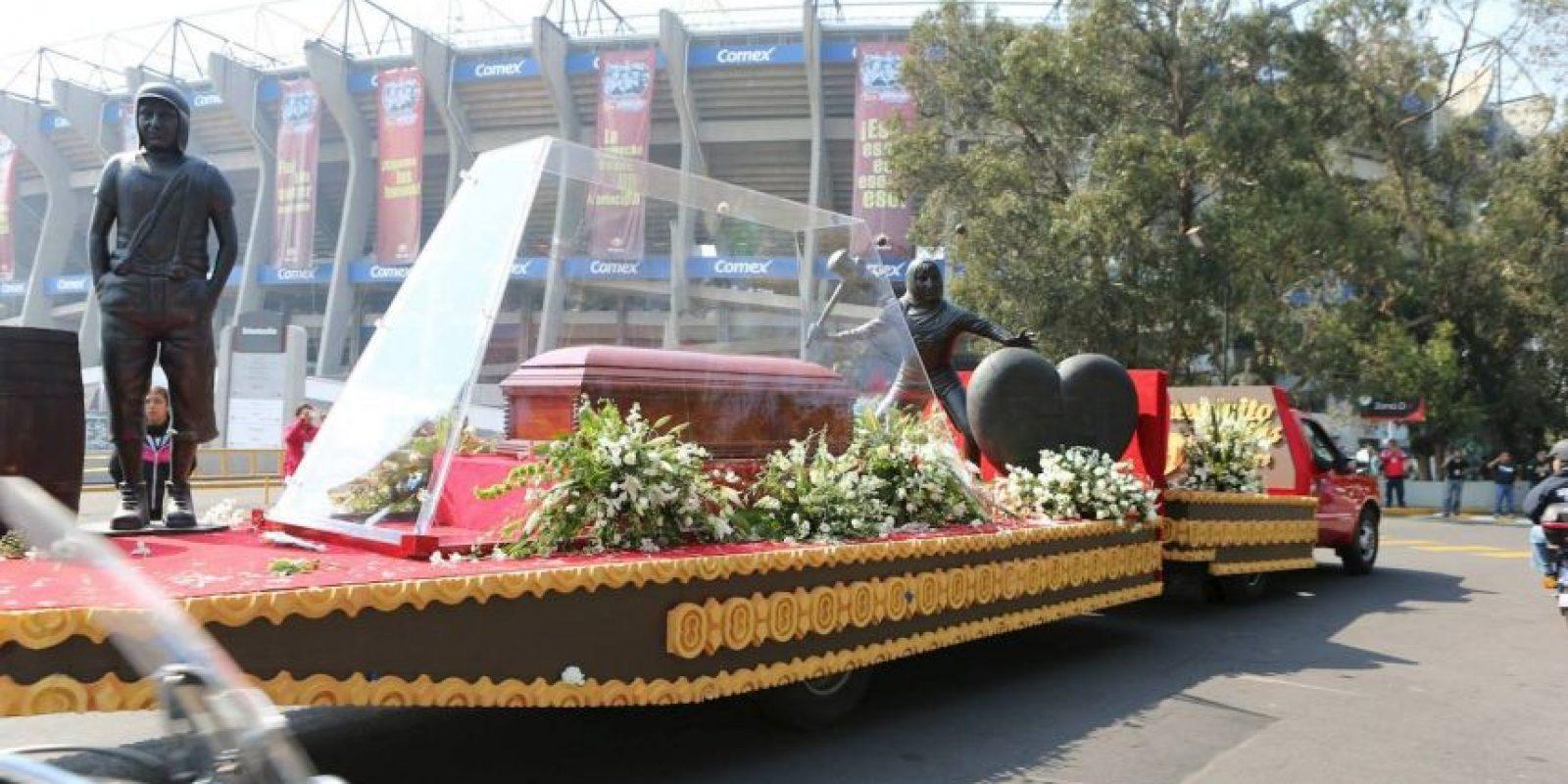 Los restos de Roberto Gómez Bolaños llegaron en una carroza con los colores amarillo y rojo Foto:Pedro Álvarez – Facebook.com/EstadioAztecaOficial