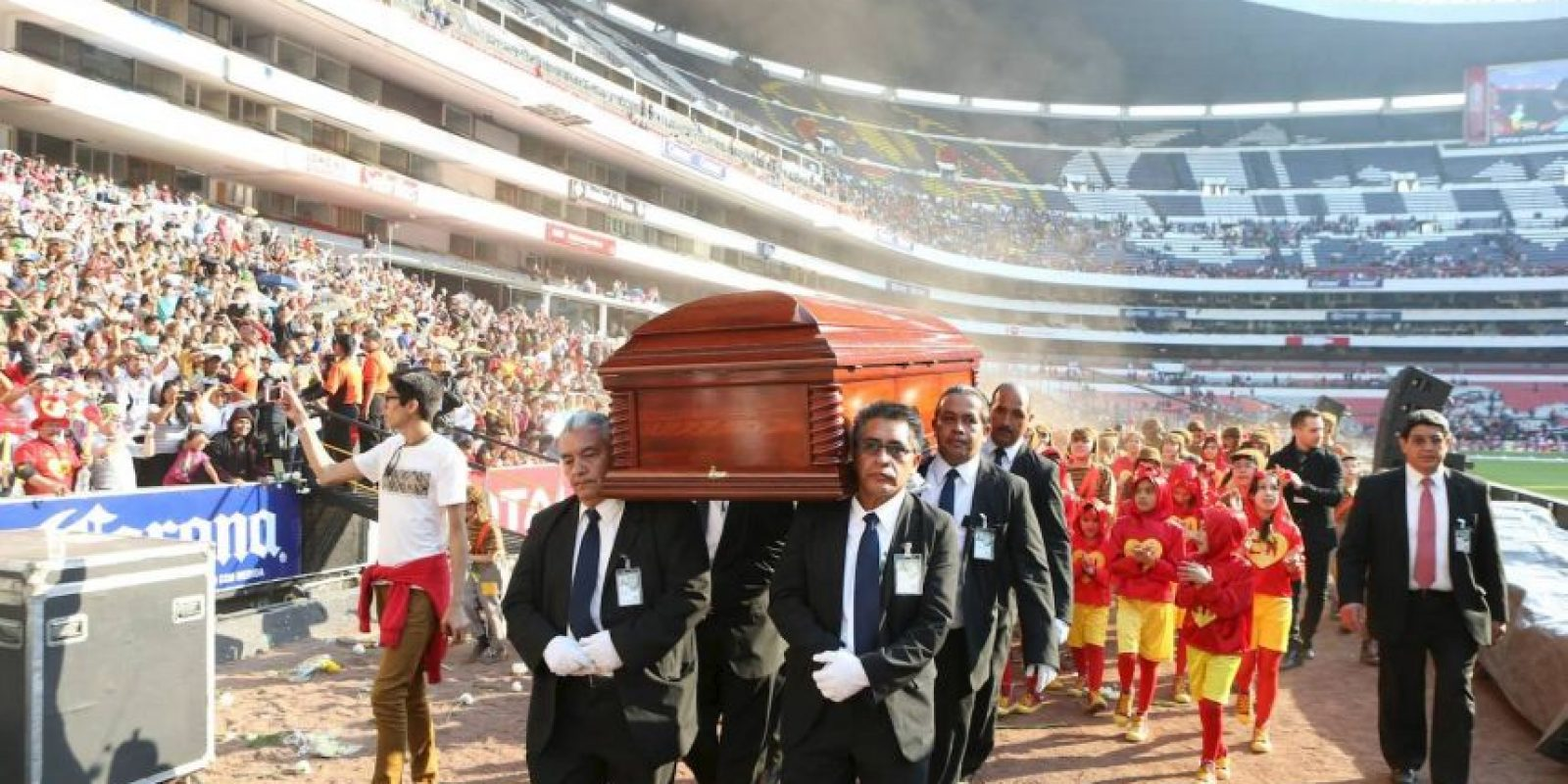 Seis hombres llevaron los restos mortales de Bolaños en sus hombros Foto:Pedro Álvarez – Facebook.com/EstadioAztecaOficial