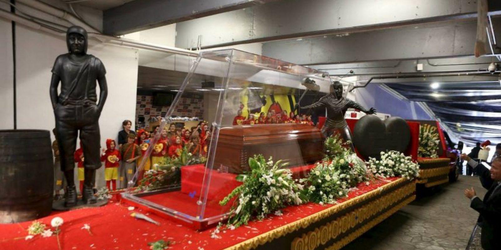 """En la carroza también viajaban dos estatuas de los personajes: """"El chavo del ocho"""" y """"El Chapulín colorado"""" Foto:Pedro Álvarez – Facebook.com/EstadioAztecaOficial"""