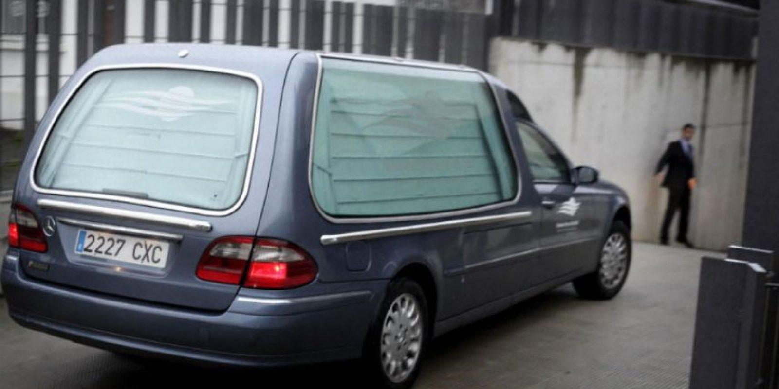 Coche fúnebre que transportaba los restos del aficionado Francisco Romero. Foto:EFE