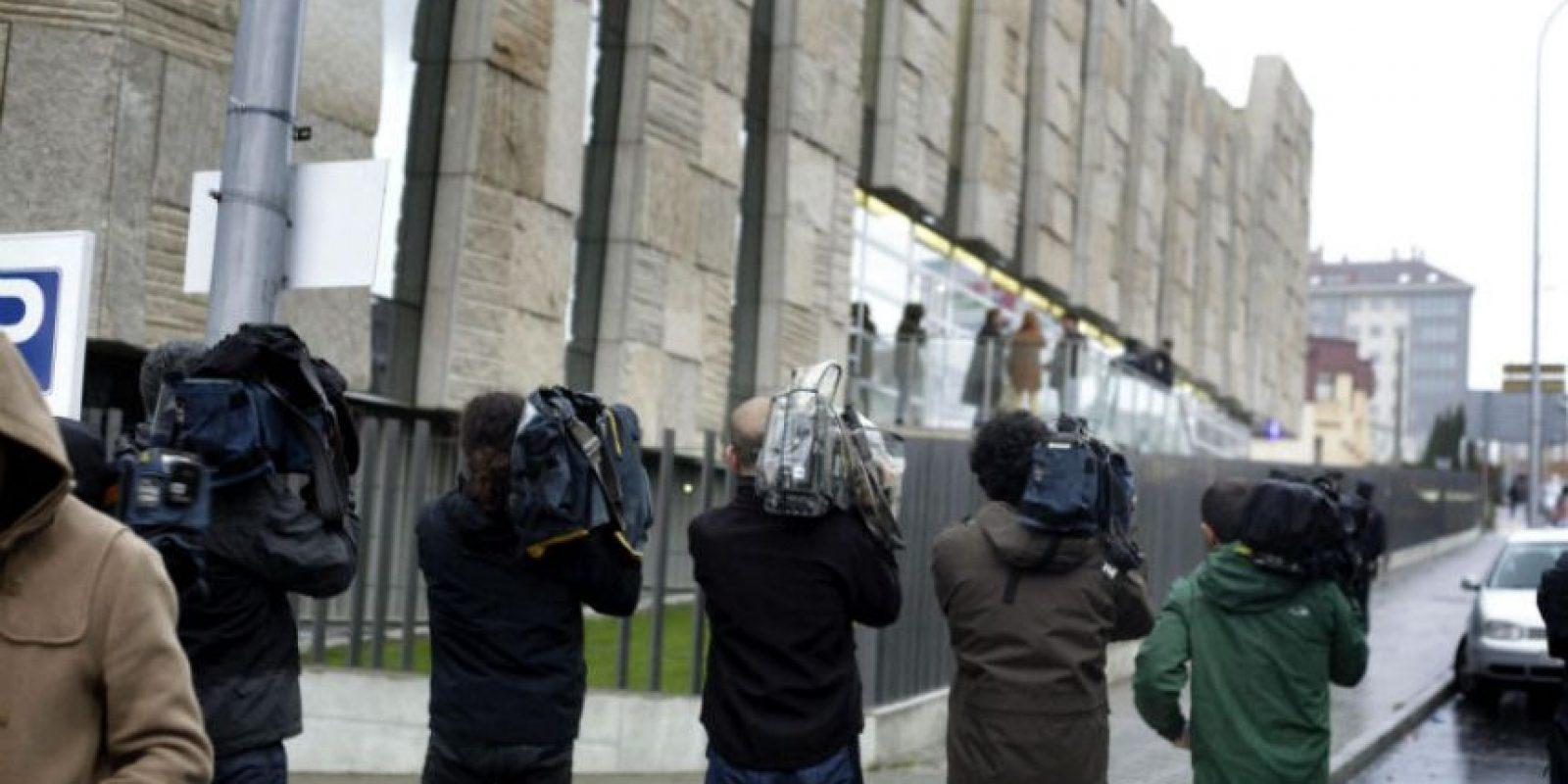 Varios reporteros grabaron la entrada del vehículo que transportaba los restos de Francisco Romero. Foto:EFE
