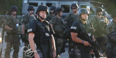 Estados Unidos: Policías de Ferguson, durante las protestas por la muerte de Michael Brown Foto:Getty Images