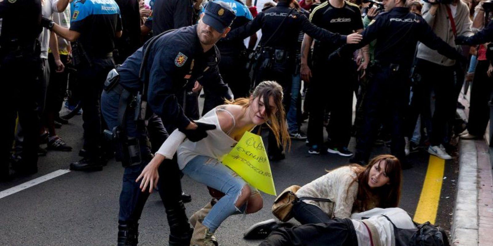 España: Durante las protestas por la muerte de Excálibur, el perro de la enfermera Teresa Romero, quien se contagió de Ébola en septiembre Foto:Getty Images