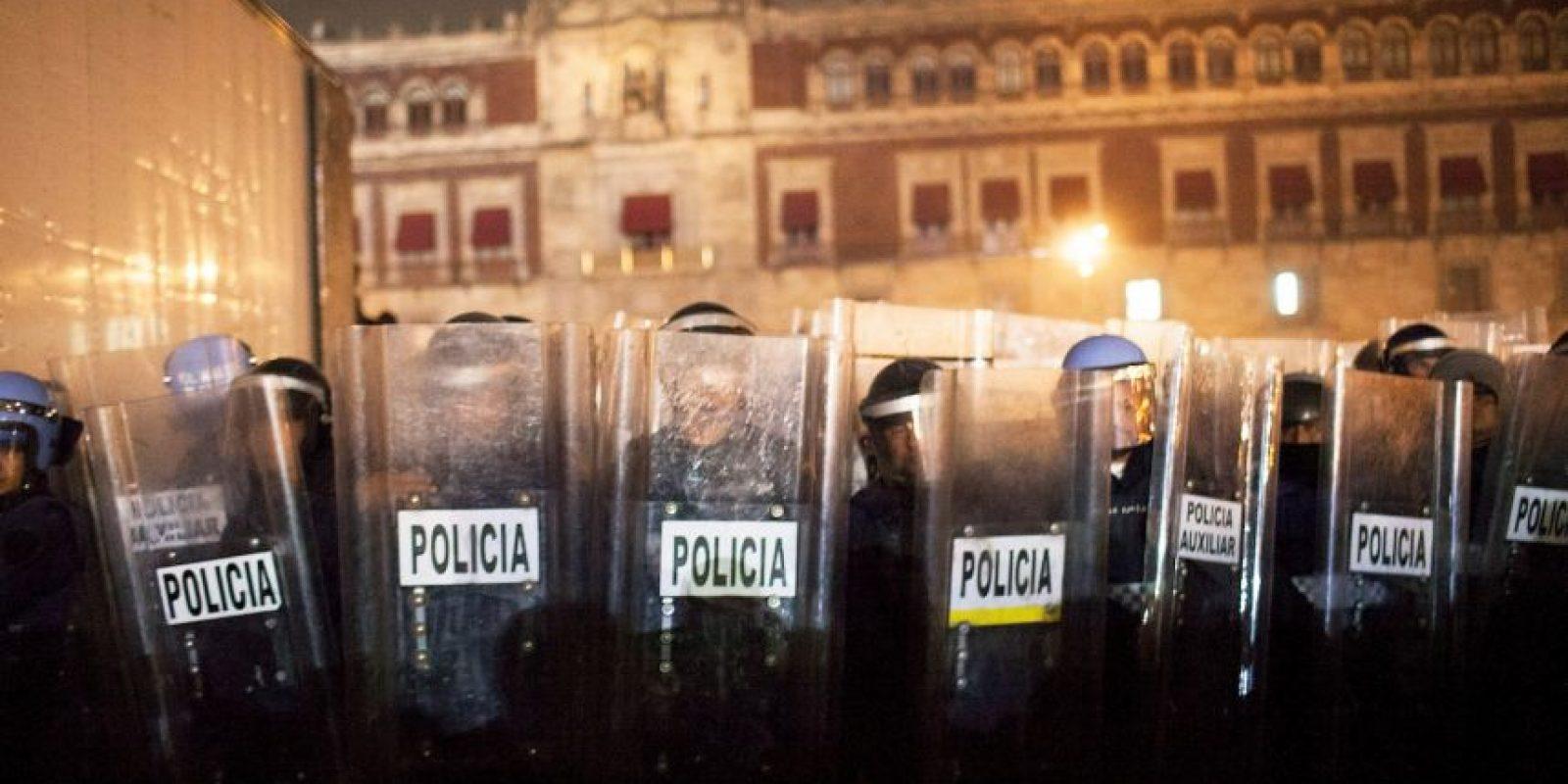 México: Policías capitalinos durante las manifestaciones por la desaparición de los 43 estudiantes Foto:Getty Images