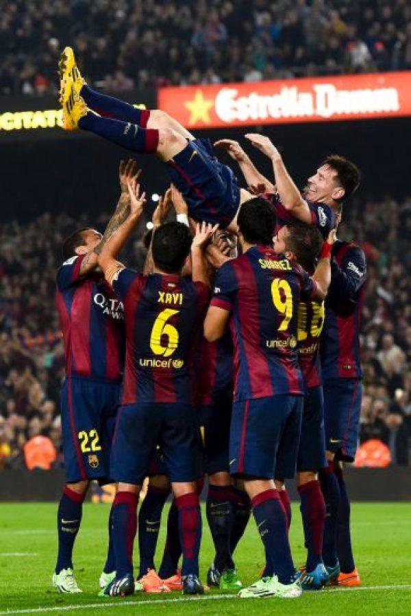 Messi es felicitado por sus compañeros de club. Foto:Getty Images