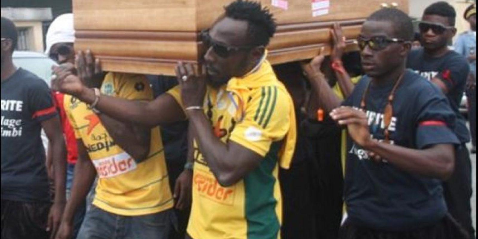 El futbolista camerunés murió, después de ser golpeado en la cabeza por una piedra Foto:Twitter