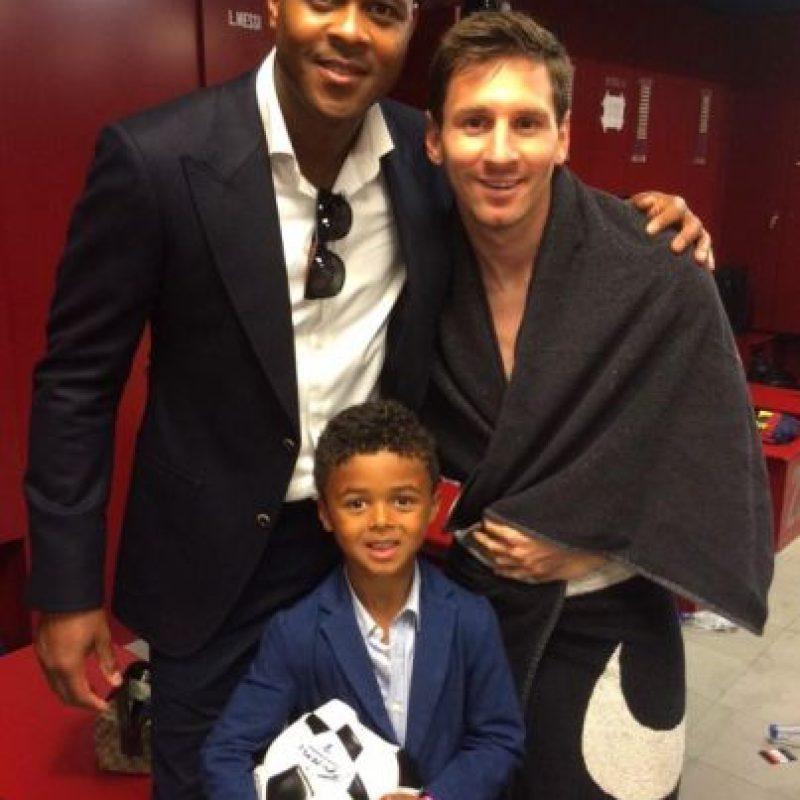 Patrick y su hijo Shane al lado de Lionel Messi Foto:Twitter: @patrickkluivert