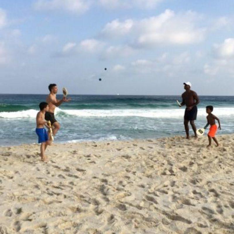 Kluivert y su hijo en la playa con Robin Van Persie Foto:Twitter: @patrickkluivert