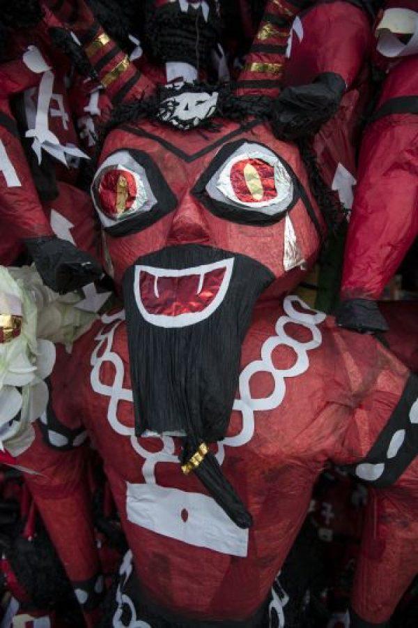 Las piñatas de la figura del Diablo. Foto:Oliver de Ros