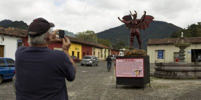 En La Antigua Guatemala los turistas fotografían al demonio. Foto:Publinews