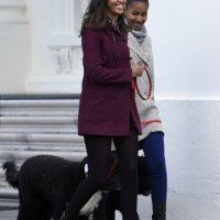 """""""Queridas Malia y Sasha, sé que ambas están en esos terribles años de la adolescencia, pero son parte de la familia presidencial, intenten mostrar un poquito de clase"""", escribió Lauter. Foto:AP"""