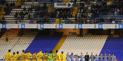 Los jugadores del Deportivo La Coruña y el Málaga hacen un minuto de silencio en memoria de Romero. Foto:AFP