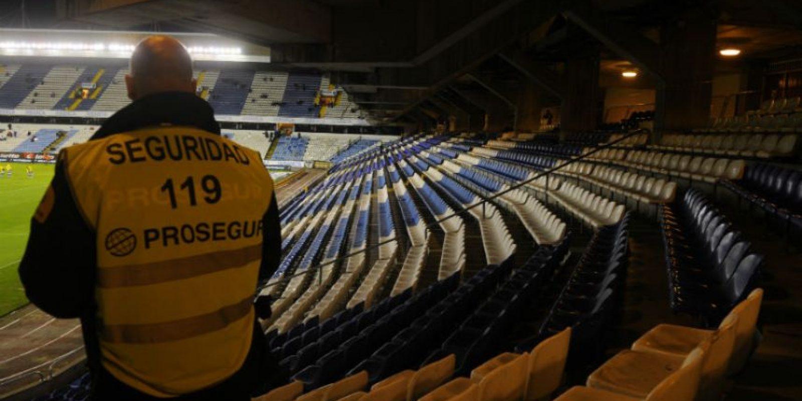 Un guardia de seguridad vigila las gradas vacías de los ultras Riazor Blues en el estadio Riazor en La Coruña durante el juego entre el Deportivo y el Málaga. Foto:AFP