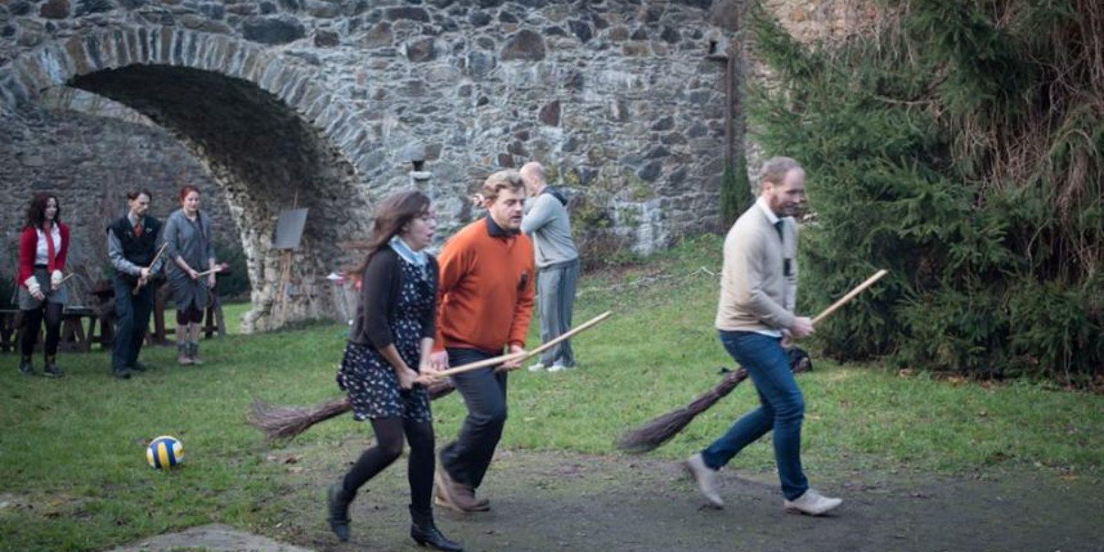 "Alumnos practicando ""Quidditch"" Foto:Facebook/ John-Paul Bichard"