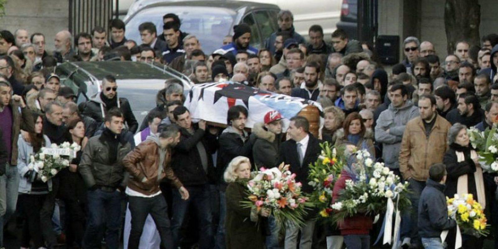 Traslado del féretro durante el entierro del hincha del Deportivo Francisco Javier Romero Taboada 'Jimmy', que falleció el domingo. Foto:EFE