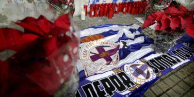 Velas, banderas y flores en el exterior del estadio coruñés de Riazor en memoria del hincha del Deportivo Francisco Javier Romero. Foto:EFE