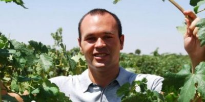 Iniesta promociona así su viñedo familiar. Foto:vanitatis.elconfidencial.com