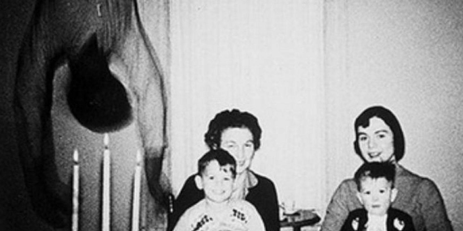 La familia Cooper descubrió una presencia en una fotografía tomada en su hogar. Foto:Sitio web