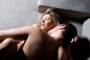 La Universidad de Pittsburg realizó un estudio donde mencionó que al tener sexo se libera testosterona, la cual mejora la elasticidad de la piel, evitando arrugas. Foto:Pinterest