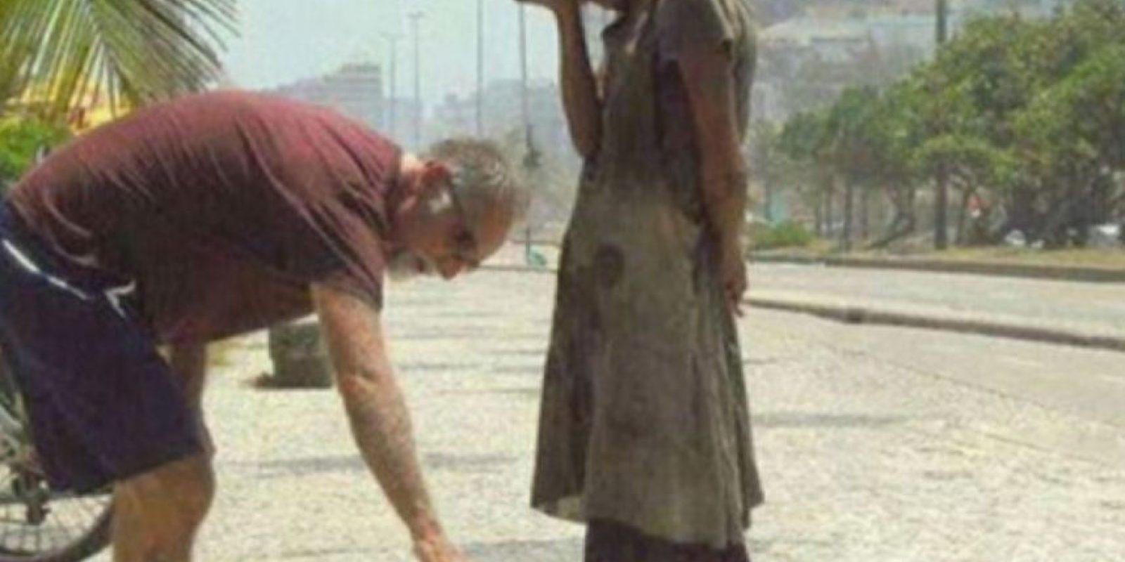 Este hombre da a una desposeída en Río de Janeiro sus zapatos Foto:Tumblr