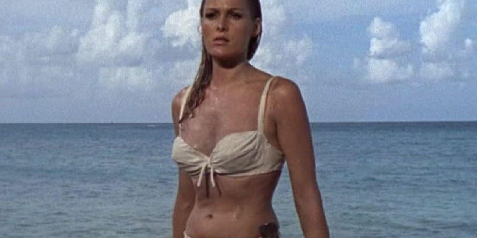Ursula Andress, protagonizó a Honey Ryder una joven huérfana que se dedica a buscar caracoles exóticos que luego vende, fue la primer chica Bond y causo gran sensación a pesar de que su papel no era de los mas protagónicos dentro de la película.