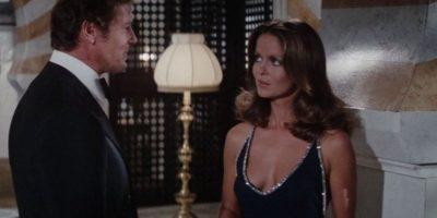 Barbara Bach, la Major Anya Amasova es una de las mejores espías del servicio secreto ruso que tiene encargada la misma misión que James Bond al cual obviamente se encuentra y los obligan a trabajar juntos. Luego ella se entera que su novio (también del servicio secreto ruso) fue asesinado por James y jura matarlo en cuanto acabe la misión pero se da cuenta que siente algo por el y no lo hace.